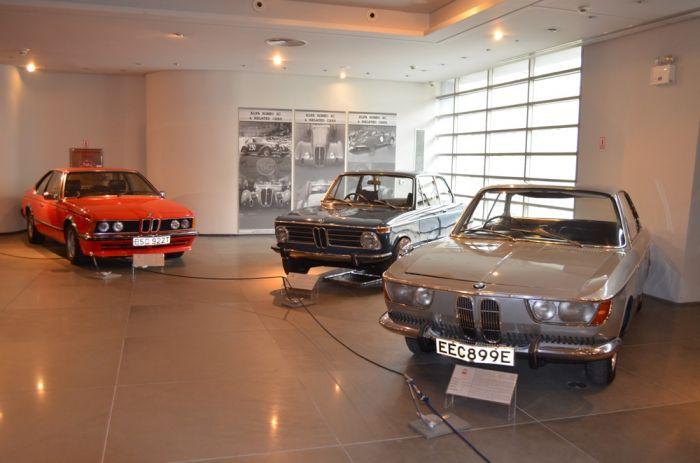 Das Foto (© Jan Hübel) zeigt drei alte BMW Modelle.