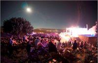 Unser Foto (© Charis Akriviadis) zeigt das Vollmondkonzert auf der Burg von Molyvos beim letzten Festival im August 2016.