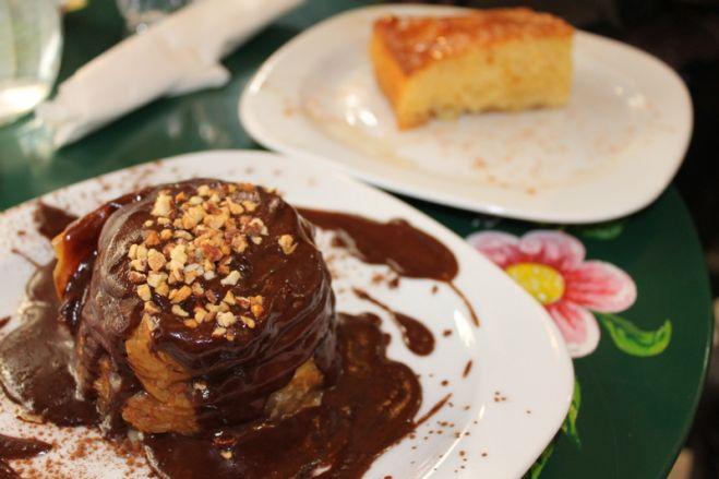 Das Foto (© Madlien Wienberg) zeigt eine Art Baklava-Nest mit Schokoladensauce und den traditionellen griechischen Grießkuchen Ravani.