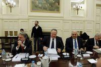 Unser Foto (© Eurokinissi) entstand am 23. Dezember, als unter Federführung des Außenministers Nikos Kotzias (m.) in Athen der Nationale Rat für Außenpolitik tagte. Ausschließliches Thema war die Lösung des Zypernproblems.