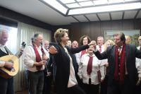 """Unser Foto (© Eurokinissi) zeigt Ministerin Olga Gerovassili am 22. Dezember, als ihr die traditionellen Weihnachtskantaten (""""Kalanda"""") dargeboten wurden."""