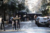Unser Foto (© Eurokinissi) entstand heute Morgen kurz nach dem Angriff auf den Bus der Bereitschaftspolizei MAT in der Athener Charilaou Trikoupi Straße, wo sich das Bürogebäude der PASOK befindet.