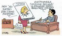 """Unsere Karikatur stammt von Kostas Mitropoulos (mit freundlicher Genehmigung des Künstlers) und wurde erstmals in der Tageszeitung """"Ta Nea"""" veröffentlicht. In der Mitte steht das Zentralkomitee der linken Regierungspartei SYRIZA, über den Kopf wurde ihm das """"Vierte Memorandum"""" geschlagen. Das Zentralkomitee: """"Das hängt mir am Hals, Genosse!"""" – Regierungschef Tsipras, der am Schreibtisch sitzt: """"Genossin, wir schlagen eine neue Seite auf: Die folgenden haben eine größere Kragenweite!"""""""