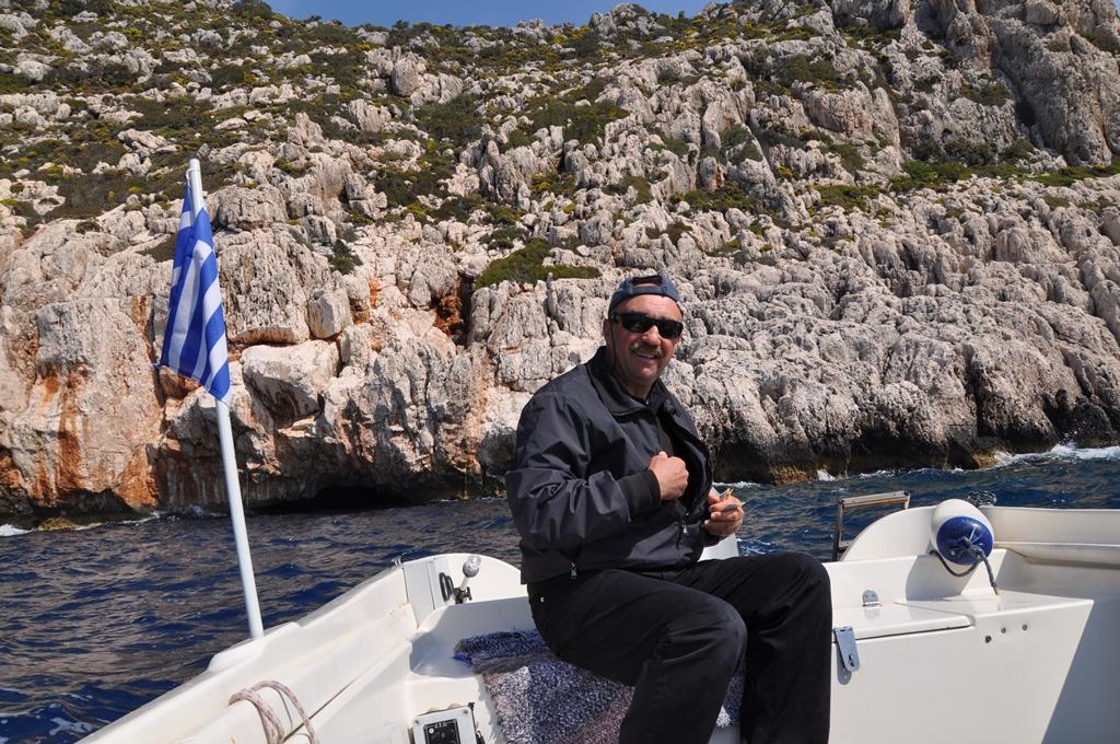 Bootsmann Antonis faehrt in die Blaue Grotte hinein