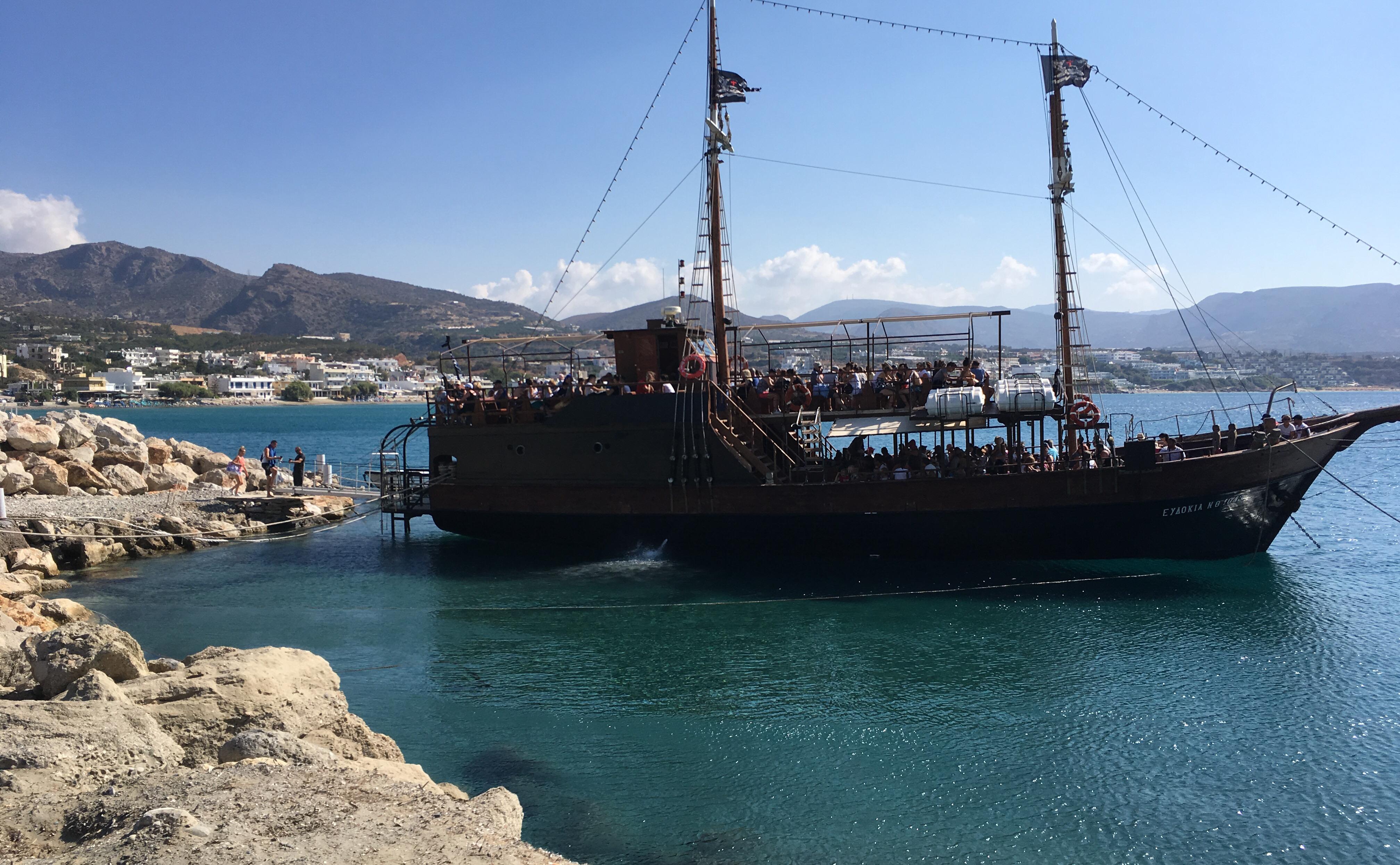 Das Piratenschiff und die Berge hinter Analipsi