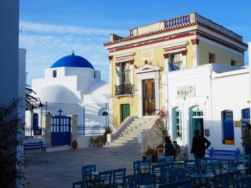 Das klassizistische Rathaus von Serifos small