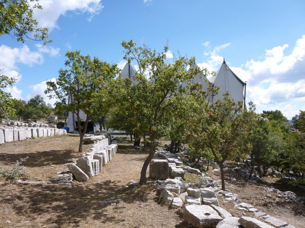 Der durch ein Zelt geschützte Apoll Tempel in BassaiSMALL