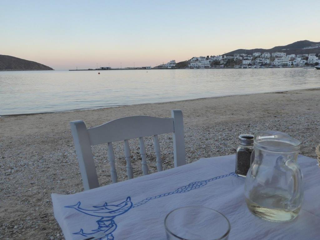 Eine Taverne in der Hafenbucht Livadi small