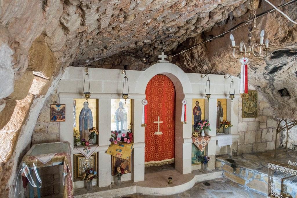Hoehlenkapelle des Eremiten in Emprosneros offen 24. Juli small
