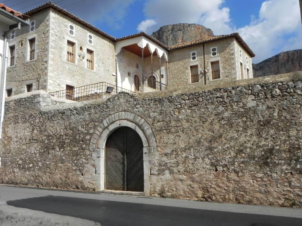 In Leonidio trifft man auf nette Häuser und Herrenhäuser2SMALL