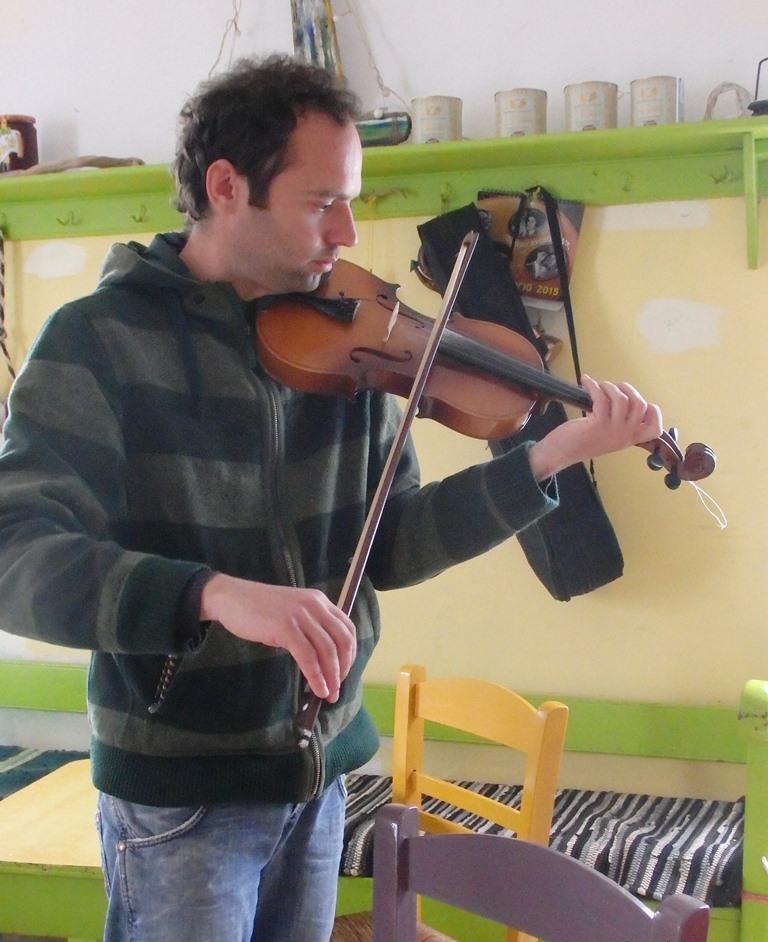 Panagiotis spielt auf seiner ViolineSMALL