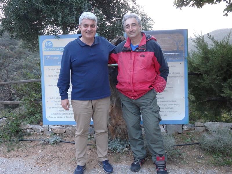Petros Manousakis und Dimitris Batsakis arbeiten rund um die Uhr im Botanischen Park SMALL