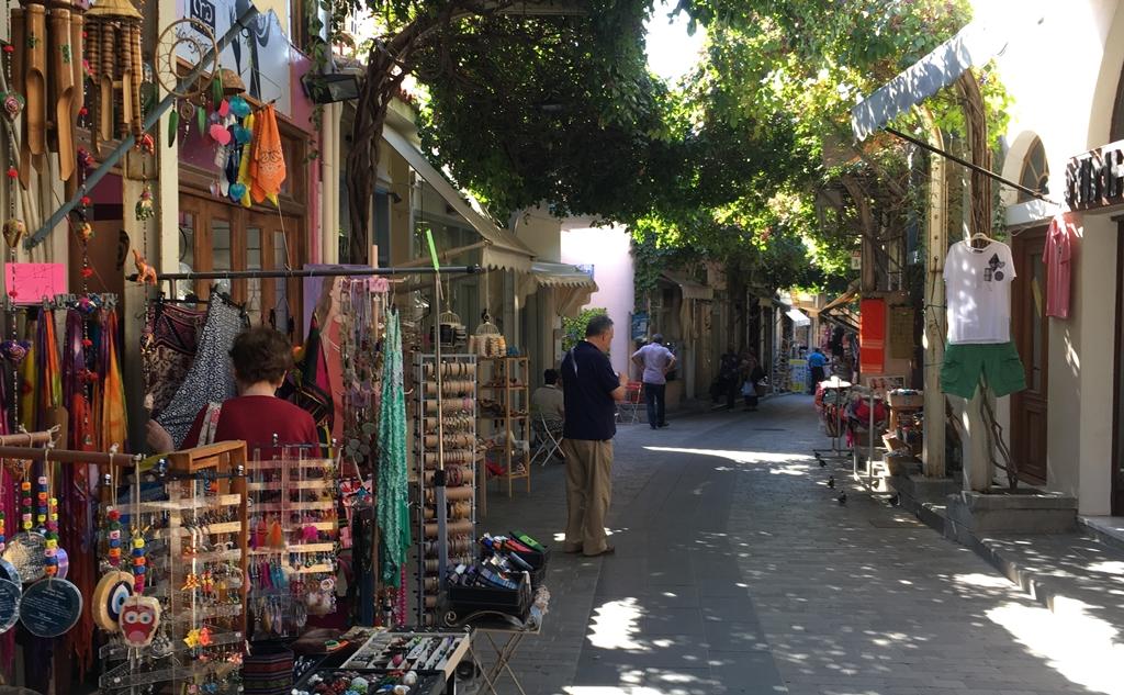 Schön schattig die alte Bazargasse von Myrina SMALL