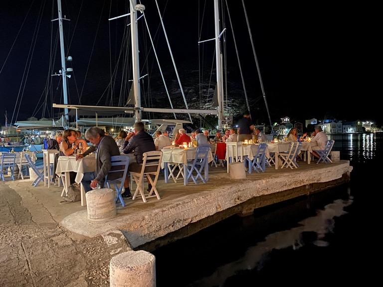 Die deutschen Flieger beim Abendessen auf Kastellorizo sm