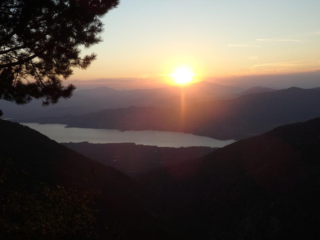 Karaouli Aussichtsstelle bei Sonnenuntergang mit dem See Polifytou im Hintergrund