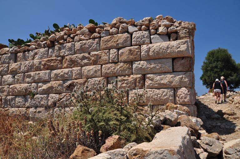 Vom Altertum zeugen Mauern einer antiken Tempelterrasse