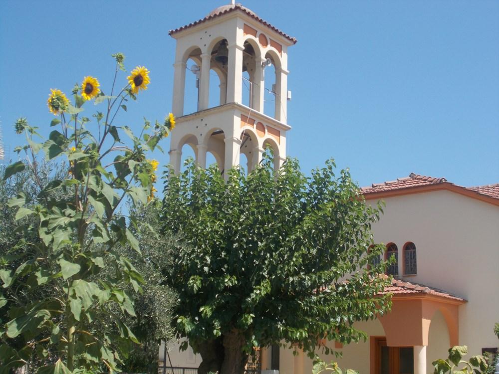 Kirche im Dorf PlatystomoSMALL