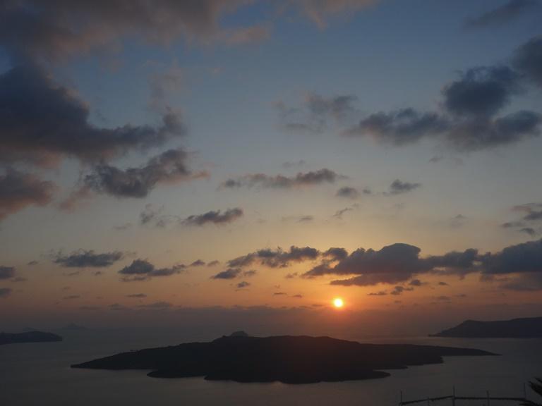 winterlicher Sonnenuntergang nach einem Regentag
