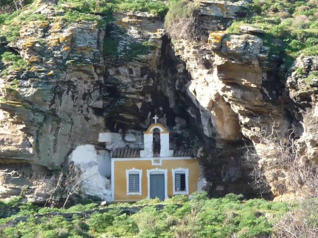 Zwei charakteristische Kirchlein befinden sich nahe beim berühmten antiken Löwen von Keajpg