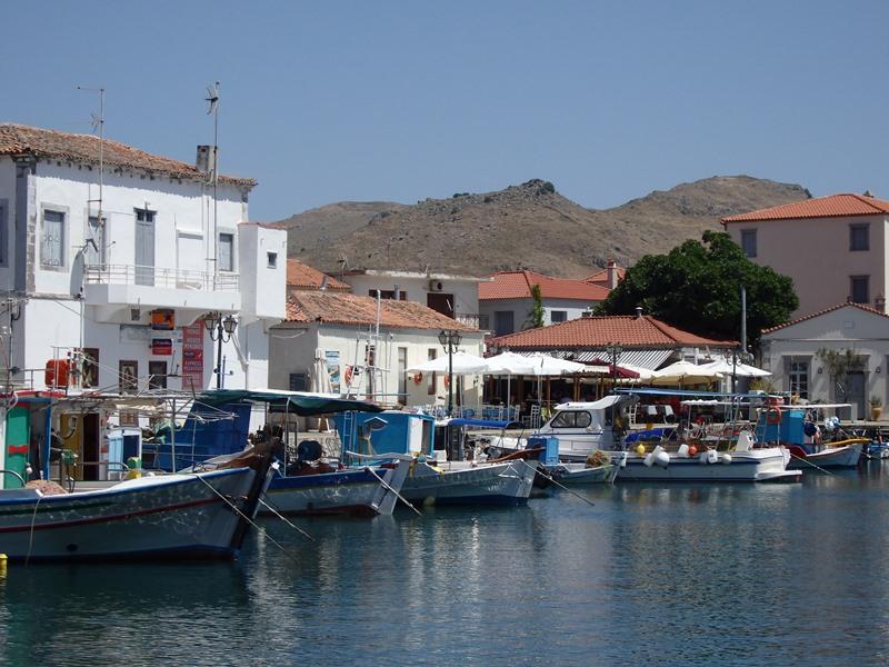 der kleiner Fischerhafen von Myrina noch in Dornröschenschlaf SMALL
