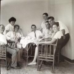 im Kreise der ganzen Familie von Kostas