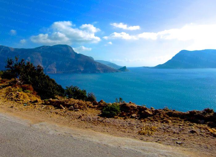 Sonniges Festland und wolkige Ägäis