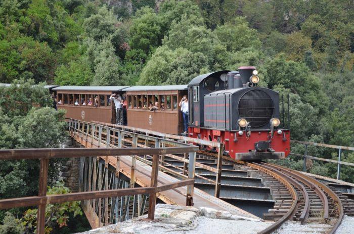 Abenteuer des Schienenstranges auf Griechisch: unterwegs mit der Bummelbahn