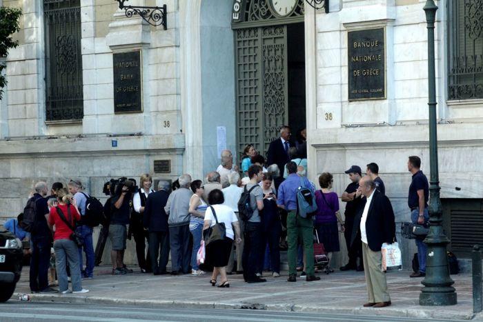 Warteschlangen und Strapazen für Rentner vor Banken