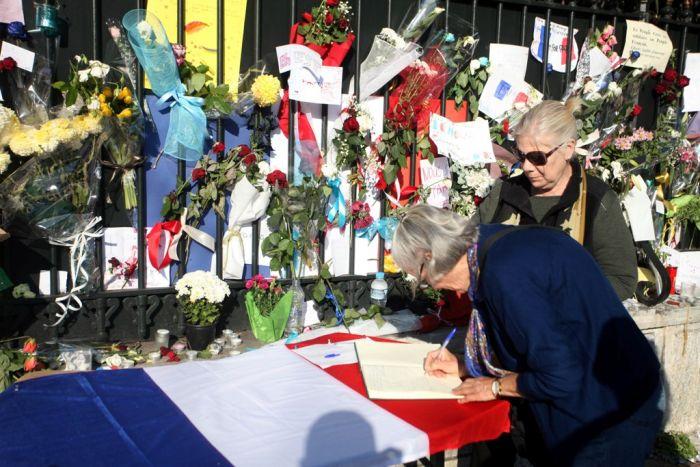 Flaggen auf Halbmast – Griechenland trauert mit Frankreich