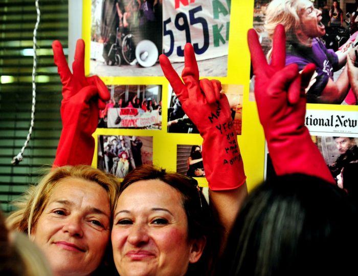 Wiedereingestellte Putzfrauen feiern in Athen eine öffentliche Party