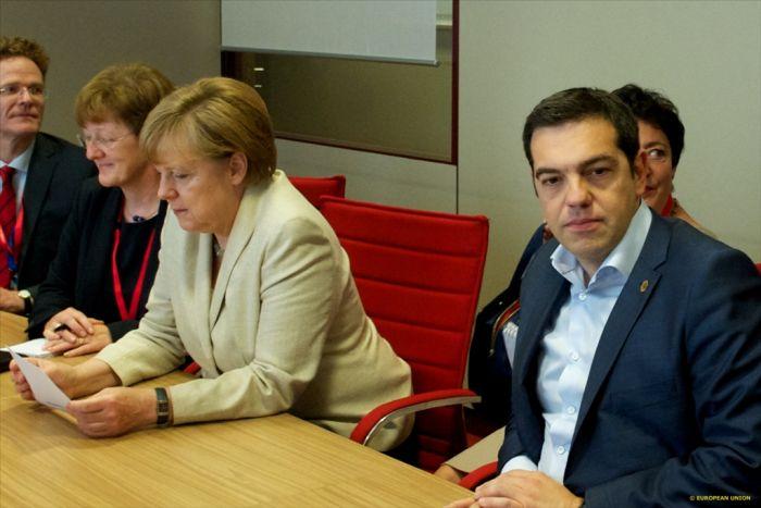 Griechischer Regierungschef flüchtet sich in Referendum – Schlangen vor den Geldautomaten