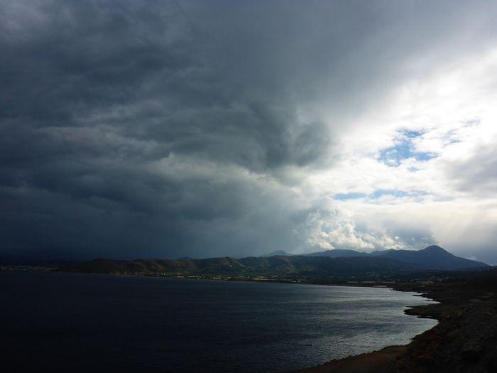 Wolken im Norden Griechenlands und Sonne im Osten