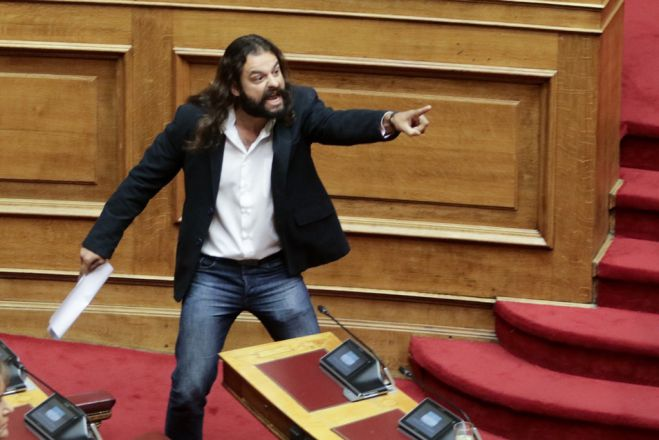 Unser Foto (© Eurokinissi) zeigt Konstantinos Barbaroussis am Freitag (15.6.) im Parlament.