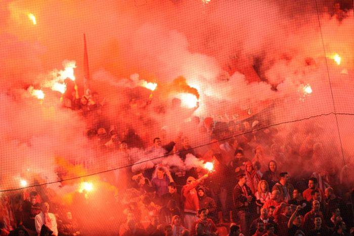 Massenschlägerei zwischen serbischen und kroatischen Fußballfans auf Athener Flughafen